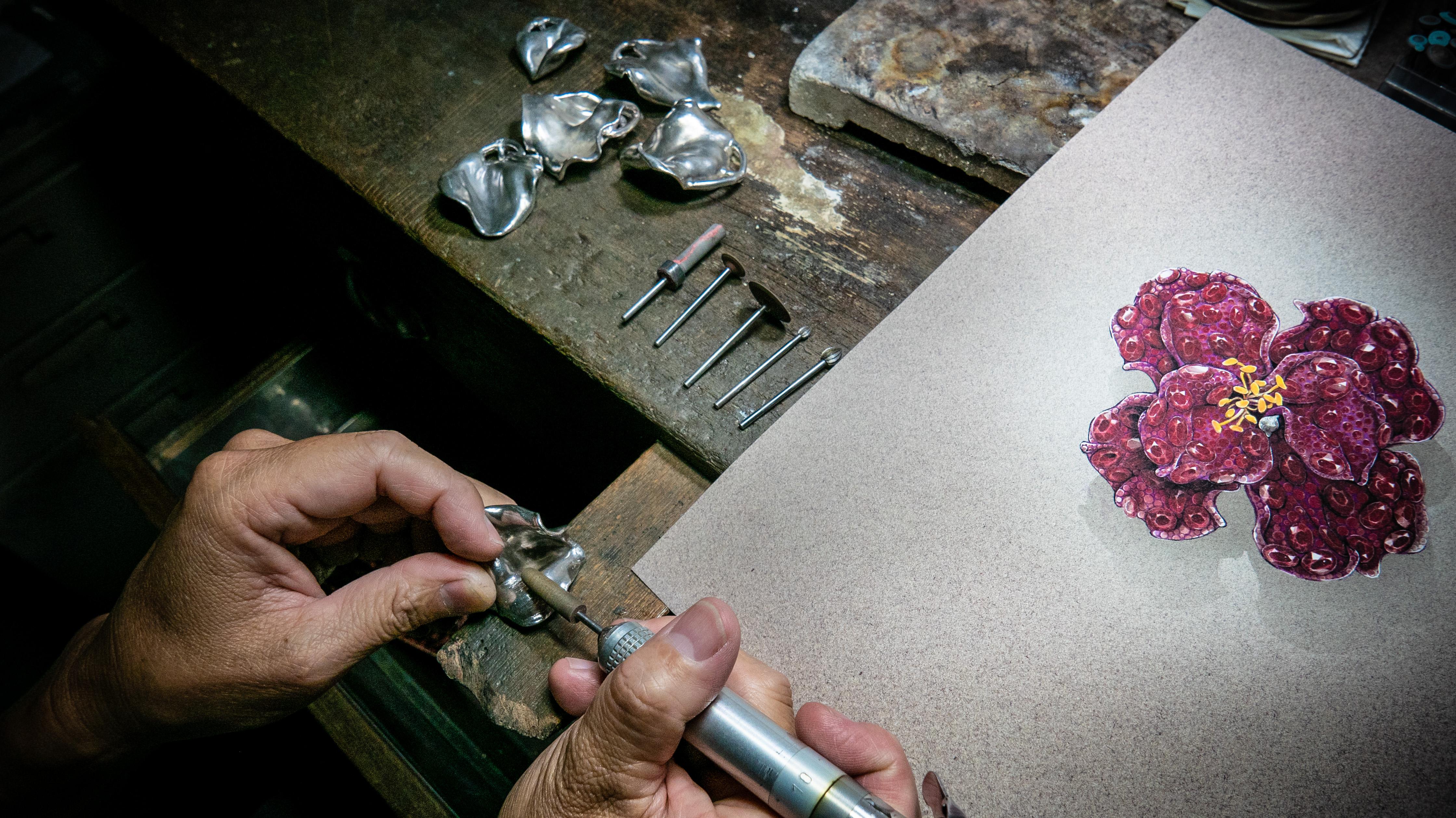 """CINDY CHAO艺术珠宝耗时十年 打造""""红宝石牡丹胸针""""纳入英国国立维多利亚与艾尔伯特V&A博物馆永久典藏"""
